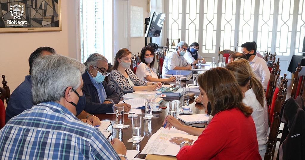 El Intendente Dr. Omar Lafluf, su equipo de técnicos y por la OPP, el Director del Programa de Desarrollo y Gestión Subnacional (PDGS II) Arq. Guillermo Bordoli, mantuvieron un encuentro de trabajo, donde se analizaron las diversas obras e inversiones que se planifican en Río Negro.